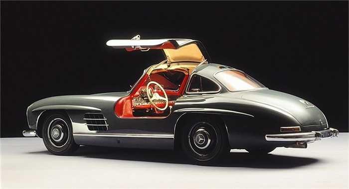 Mãi đến năm 1954, mẫu xe cửa xe cánh chim (gull-wing) ra đời đã chinh phục mọi tín đồ xe hơi. Xe gắn động cơ 3.0 lít 6 xy-lanh thẳng hàng cho công suất 220 mã lực và tốc độ cực đại 250km/h, đưa Mercedes-Benz 300SL trở thành chiếc xe chạy nhanh nhất khi ấy.