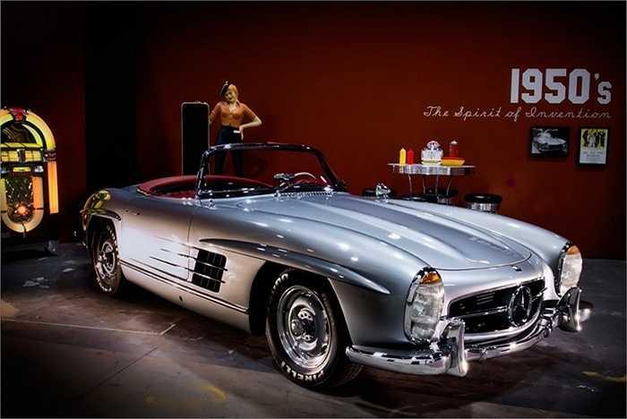 Mercedes-Benz 300SL được sản xuất từ năm 1954 đến 1957 với tổng cộng 1.400 chiếc. Trong đó, 80% số xe được xuất khẩu sang thị trường Mỹ và thường chỉ dành cho những người giàu có và quyền lực. (Quốc Khánh)