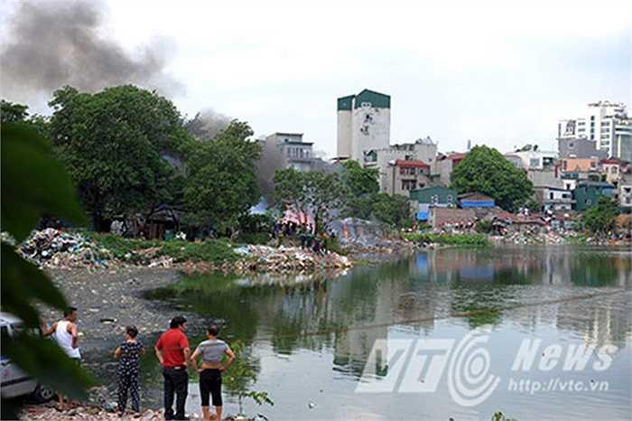 Khoảng 13h30 chiều ngày 13/5, một vụ cháy lớn đã xảy ra tại khu vực ngõ Linh Quang (Khâm Thiên, Hà Nội). Theo một số người dân sống quanh khu vực cho biết, vụ cháy xuất phát từ khu vực bãi rác ven hồ, sau đó lan rộng ra các khu nhà trọ xung quanh.