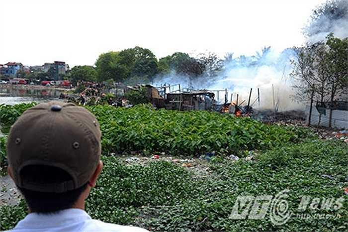 Hàng ngàn người dân sống trong khu vực cũng như khu xóm trọ hoảng loạn thu dọn đồ đạc chạy khỏi đám cháy.