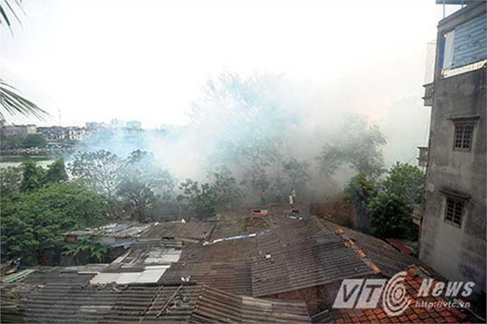 Hiện lực lượng chức năng đang tiến hành điều tra, làm rõ nguyên nhân đám cháy. (Ảnh: Việt Linh)