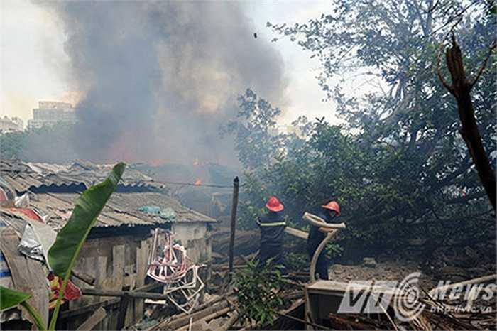 Tại khu vực cháy, khói bốc lên mù mịt kèm theo những tiếng nổ.