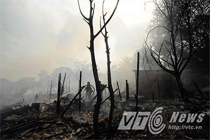 Theo quan sát của PV báo điện tử VTC News, khu nhà trọ chủ yếu được xây dựng bằng vật liệu gỗ, tre, khiến đám cháy càng dễ lan rộng.
