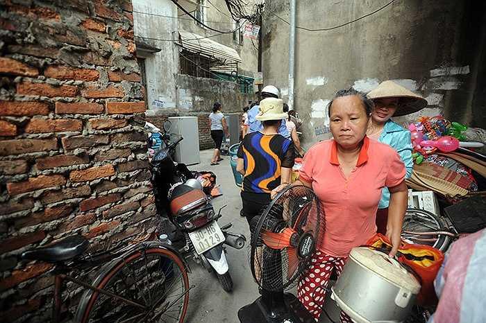 Chị Vũ Huyền Phúc,( 34 tuổi) sống trong xóm trọ cho biết: Tôi đang ngủ trưa thì nghe thấy tiếng nổ lách tách, lúc sau có tiếng người hô hoán kèm khói bốc mù mịt thì tôi mới biết là có đám cháy. Tôi chỉ kịp vơ lấy đôi dép và chiếc ví, còn lại chiếc xe đạp, đồ đạc quần áo đều cháy rụi cả.