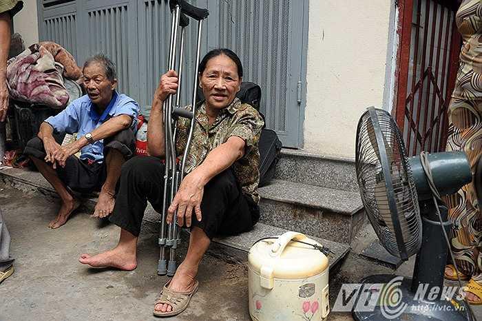 Bà Đào Thị Thêm (70 tuổi, làm nghề bán quạt giấy ở chợ Văn Chương) cho biết, tôi đang nghỉ trưa thì nghe thấy người ta hô hoán có cháy, tôi chỉ kịp vơ lấy đôi nạng, cùng ít vật dụng tháo chạy ra ngoài.