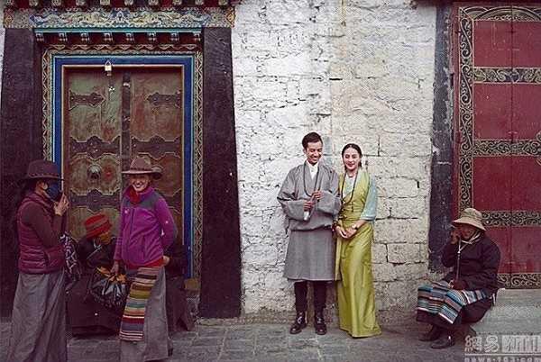 Theo Xinhua News, bộ ảnh cưới lãng mạn của cặp đôi người Tây Tạng trong trang phục truyền thống và hiện đại thu hút sự chú ý của cộng đồng mạng.
