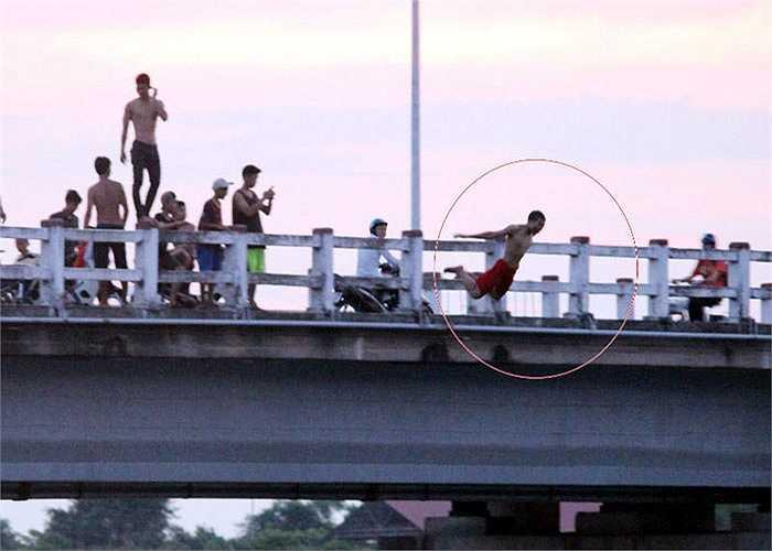Tới khi số người này nhảy xuống sông xong, họ lại bơi vào chân cầu gần đó để tiếp tục lượt nhảy thứ 2. Chứng kiến cảnh tượng thót tim này, nhiều người đi đường chỉ còn biết lắc đầu ngao ngán.