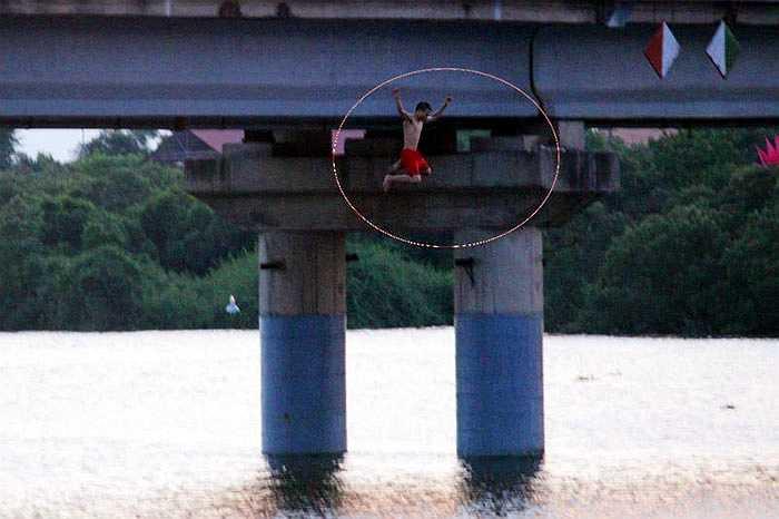 Ông Nguyễn Sông Hàn, Chủ tịch UBND xã Thạch Hạ (TP Hà Tĩnh) chia sẻ, việc nhảy từ thành cầu Hộ Độ cao 15 – 20 mét là hết sức nguy hiểm.  Trước đây, đã có những vụ tai nạn chết đuối do tắm sông Hộ Độ, nhưng dường như vẫn chưa đủ sức răn đe các thanh, thiếu niên tới chơi ở khu vực này.