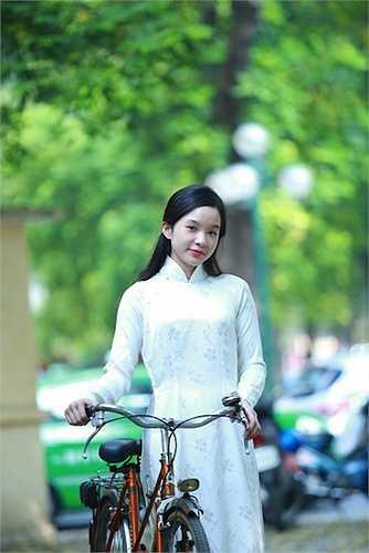 Tú Linh lần đầu tiên nhận lời chụp hình nên không tránh khỏi sự ngượng ngùng.