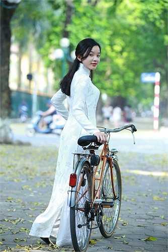 Nhưng vốn là con nhà nòi nên sau những giây phút bỡ ngỡ ban đầu, Tú Linh đã 'diễn' rất ăn ý với nhiếp ảnh.