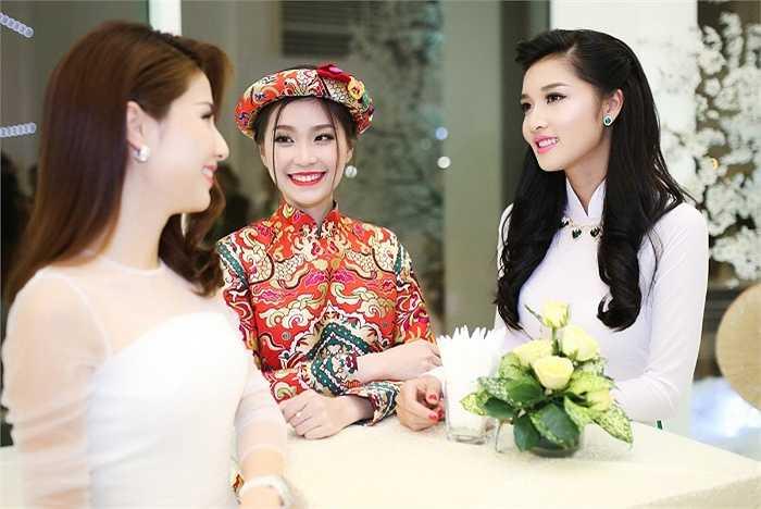 Ba người đẹp khoe nhan sắc rạng rỡ trong sự kiện.