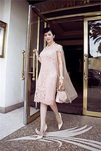 Diện cây hàng hiệu tuyệt đẹp cùng lối trang điểm và cách tạo hình 'na ná' Audrey Hepburn, người đẹp Việt Nam tạo ấn tượng đặc biệt mạnh mẽ cho những ai có mặt.