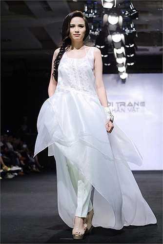 Diễm Hương sải bước trên sàn thời trang chỉ một thời gian ngắn sau khi sinh con.