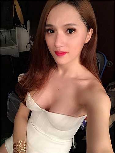 Hương Giang Idol diện trang phục khoe vẻ sexy, nóng bỏng.