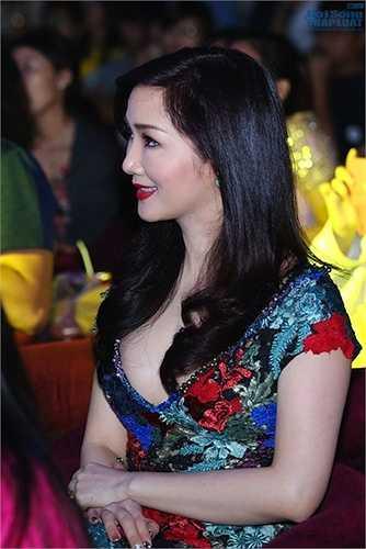 Người đẹp thường lựa chọn những trang phục cổ V khoét sâu, khoe khéo thềm ngực trắng, căng tràn sức sống.