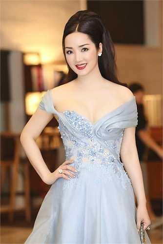 Một bộ cánh vừa thanh lịch, vừa quyến rũ của cựu Hoa hậu xinh đẹp.  (Nguồn: 24h)