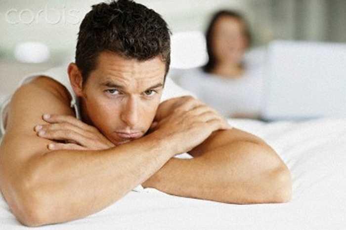 Tăng cường tiếp xúc thân mật với bạn gái, vợ: Cảm xúc ảnh hưởng rất nhiều tới khả năng cương dương và sự dũng mạnh của cậu nhỏ.