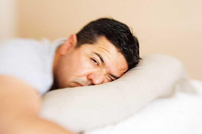 Thiếu ngủ gây ảnh hưởng tới ham muốn tình dục, vậy nên bạn nên cân bằng lại giấc ngủ để 'cậu nhỏ' hoạt động tốt hơn.