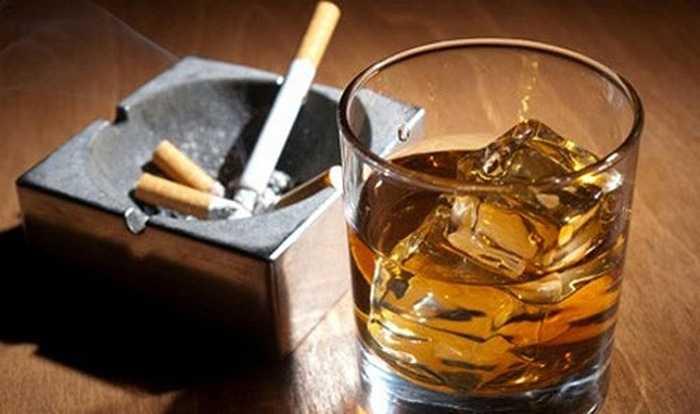 Rượu là một chất gây ức chế dây thần kinh trung ương, làm giảm sự nhạy cảm của 'cậu nhỏ'.