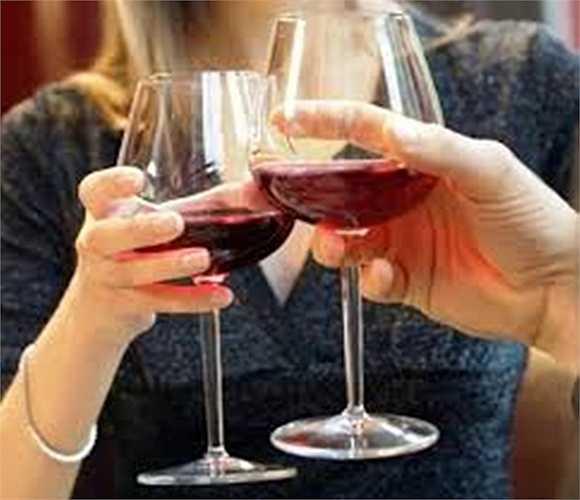 Hạn chế uống rượu: Một đến hai ly mỗi ngày giúp làm giảm các nguy cơ mắc các bệnh tim mạch. Tuy nhiên, bạn cũng chớ lạm dụng thức uống này. Uống nhiều rượu khiến 'cậu nhỏ' luôn trong tình trạng 'ỉu xìu'.
