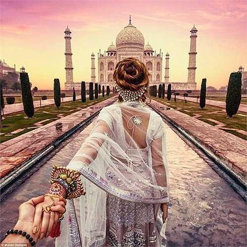 Cặp vợ chồng trẻ này đã tới thăm lăng mộ Taj Mahal ở Agra, Ấn Độ và người vợ Natalia xúng xính trong bộ váy áo truyền thống của quốc gia này.