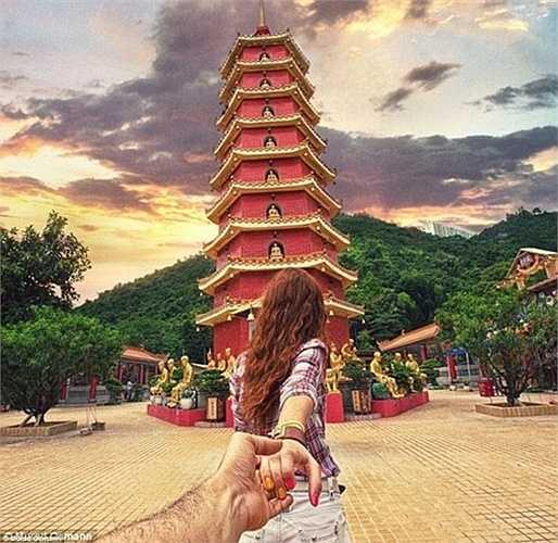 Như một hướng dẫn viên du lịch, Natalia nắm tay dắt Murad đến thăm những địa điểm kỳ lạ nhất trên thế giới.