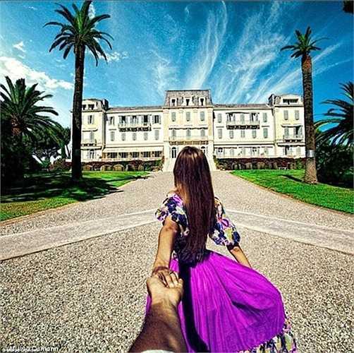 Khoảnh khắc Natalia Zakharova xinh đẹp trong chiếc váy tím chuẩn bị đến thăm khách sạn Du Cap-Eden-Roc tại Antibes, Pháp.