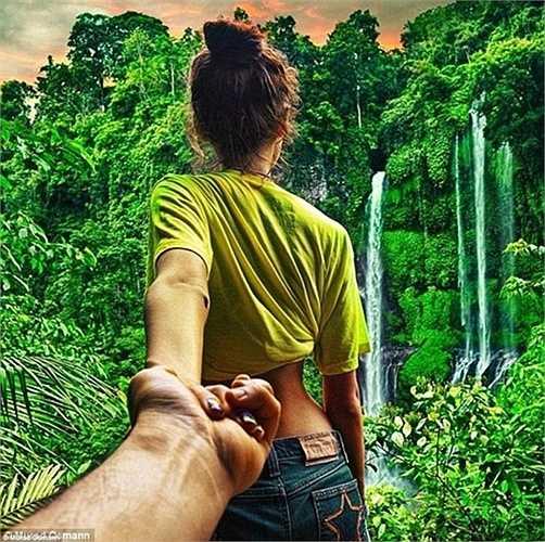 Cặp vợ chồng đứng trước một cảnh rừng nhiệt đới. Murad cũng là một thành viên điều hành sản xuất cho của công ty phim ảnh Hype Productions.