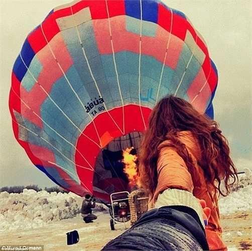 Bức ảnh này chụp lại khoảnh khắc chuẩn bị bơm khí nóng cho quả khinh khí cầu. Cặp đôi này bắt đầu chuyến du lịch vòng quanh thế giới của họ bắt đầu từ tháng 10 năm 2011.