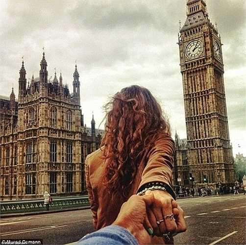 Tay trong tay, Murad được Natalia dẫn qua các điểm tham quan mang tính biểu tượng như Nhà Quốc hội và đồng hồ Big Ben ở London.