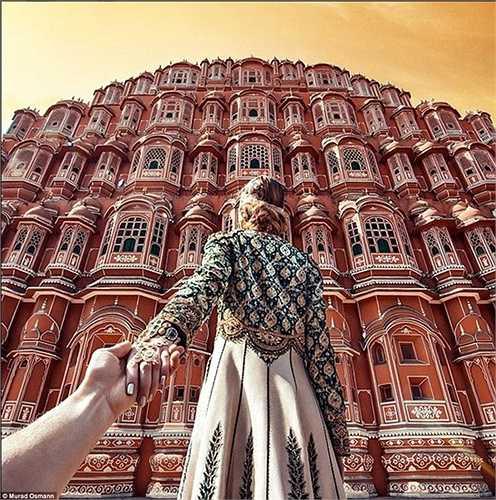 Bức ảnh được chụp trong tích tắc tại công trình Hawa Mahal của Ấn Độ được biết đến như 'Cung điện của những cơn gió'.