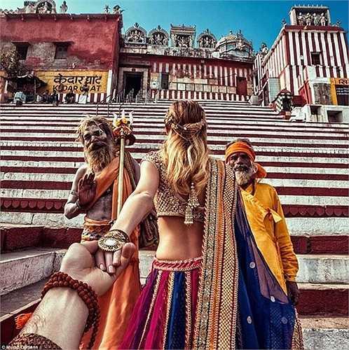 Cặp vợ chồng này còn đến thăm Varanasi, nơi mà người Hindu tin rằng đây là một trong những thành phố 'lâu đời nhất trên thế giới'
