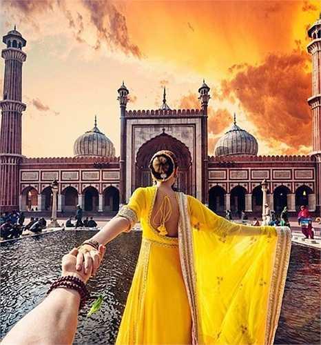 Bức ảnh Natalia kéo tay Murad về phía trước nhà thờ Hồi giáo Jama Masjid tại New Delhi - nhà thờ Hồi giáo lớn nhất ở Ấn Độ.
