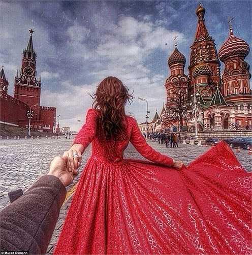 Ở quê nhà của mình, đôi tình nhân lãng mạn đã chụp một tấm ảnh vô cùng ấn tượng với chiếc váy màu đỏ của Natalia ở Quảng trường Đỏ, Matxcơva.