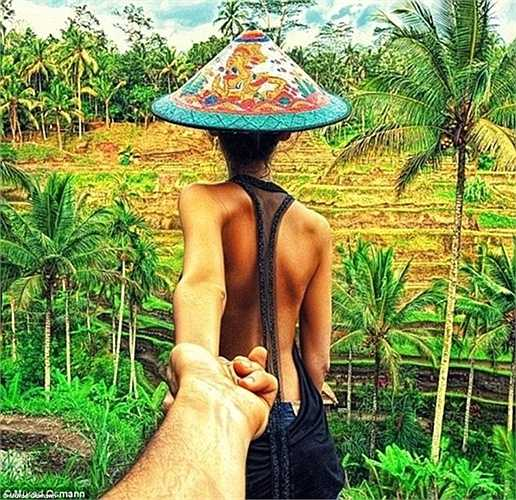 Với chiếc mũ ấn tượng, bức ảnh này đánh dấu chặng đường cặp vợ chồng trẻ đi từ Matxcơva đến Hồng Kông và sau đó là từ Singapore đến Bali.