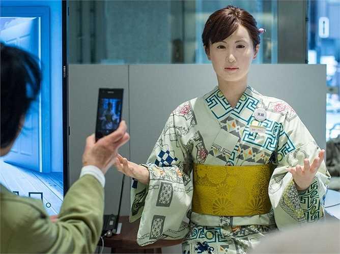 Người bán hàng: Phát triển bởi Toshiba Corp, những robot hình người giới tính nữ tên là ChihiraAico có thể mỉm cười, hát và không bao giờ cảm thấy chán. Dù không thể trả lời câu hỏi của khách nhưng nó luôn có nụ cười tươi trên môi và 'màn chào hỏi' đã được ghi âm sẵn.