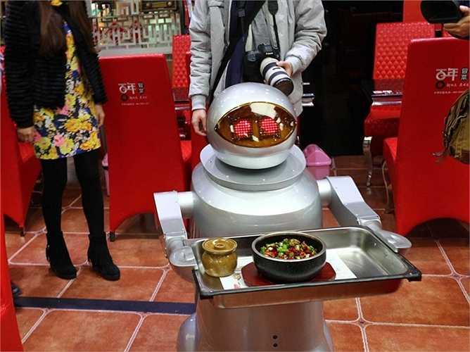 Phục vụ bàn: Robot phục vụ bàn đang bắt đầu xuất hiện nhiều tại các nhà hàng ở Trung Quốc, thậm chí nó còn có thể chào những câu đơn giản bằng tiếng phổ thông Trung Quốc. Chủ nhà hàng còn cho biết, việc mua các robot phục vụ sẽ tiết kiệm được hơn khá nhiều so với việc thuê nhân công.