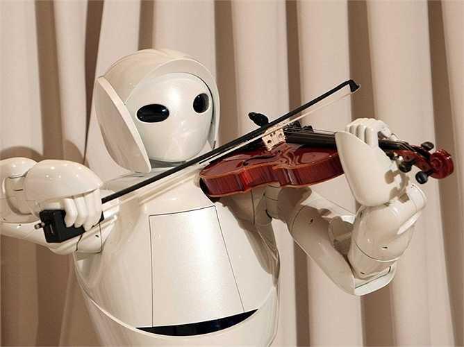 Chơi vi-ô-lông: một robot chơi vi-ô-lông có 17 khớp ở bàn tay và cánh tay của Toyota, cho phép nó đạt được sự khéo léo tối đa từ con người. Toyota nhằm mục đích giới thiệu các robot để nhà điều dưỡng và các bệnh viện.