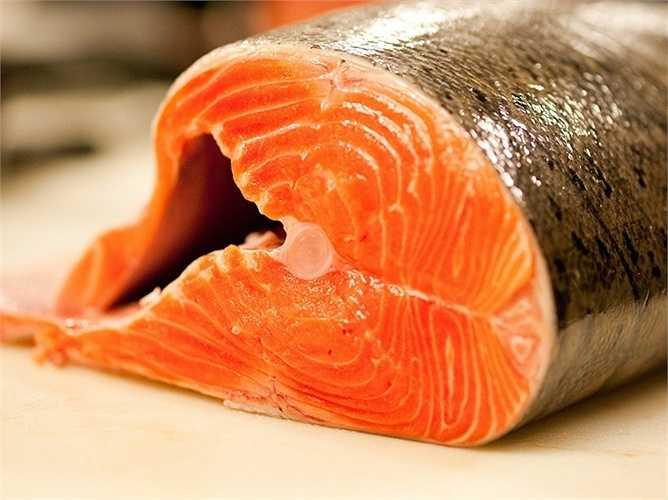 Cá hồi: Cá hồi chứa rất nhiều dưỡng chất tốt cho sức khỏe tim mạch như chất béo không bão hòa và axit béo omega-3. Axit omega-3 giúp loại bỏ bớt chất dính, nhớt trong máu, tăng lượng máu lưu thông tới các bộ phận giữ vai trò quan trọng trong quá trình cương cứng của dương vật. Ngoài cá hồi, có thể thưởng thức thêm cá thu hoặc cá ngừ 2 tuần một lần để giúp các động mạch trong cơ thể được bôi trơn.