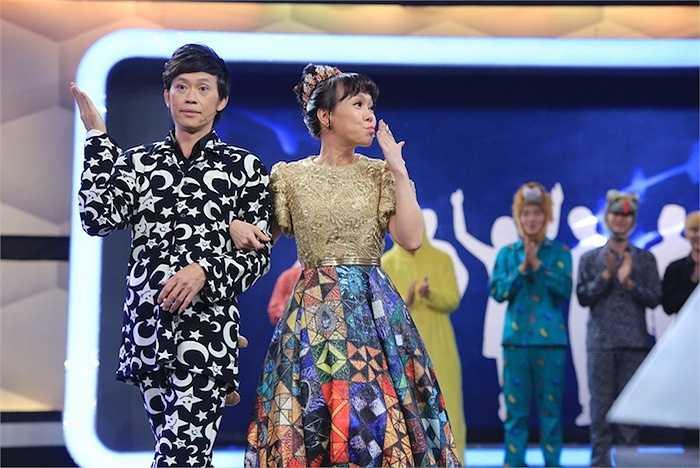 Trong chương trình,Hoài Linh và Việt Hương cũng cover hai ca khúc 'Yêu không nghỉ phép' và 'Em đẹp nhất đêm nay' của Issac và Tóc Tiên.