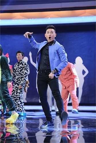 Issac và Hoài Linh hát 'Yêu không nghỉ phép'.