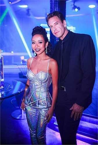 Trong ảnh, giọng ca Xấu lạ nổi bật trong bộ cánh hiện đại, chất liệu sequin ánh bạc. Thiết kế cúp ngực tôn vóc dáng nhỏ nhắn nhưng sexy của ca sỹ trưởng thành từ Vietnam Idol mùa đầu.  (Nguồn: Zing)