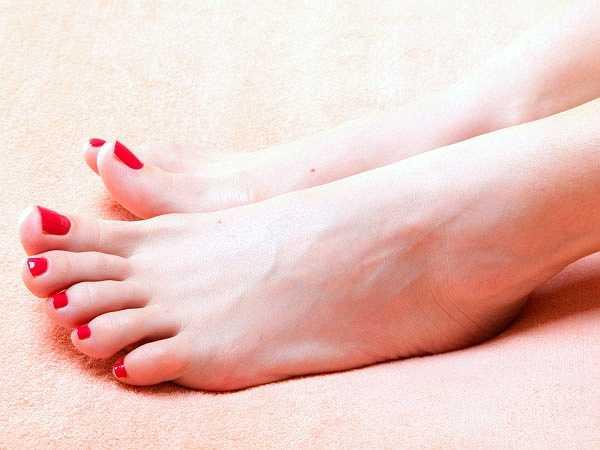 Kẽ chân: Đôi chân khỏe mạnh rất cần thiết để bạn có thể hoạt động tốt. Bạn có thể chăm sóc cho đôi chân của mình thật kỹ càng nhưng có một khu vực mà bạn thường hay bỏ qua, đó chính là kẽ chân. Hãy thử vệ sinh chúng bằng cách chà mạnh khu vực này mỗi khi tắm vòi hoa sen, chúng sẽ làm cho các vi khuẩn ẩn náu không thể phát triển.