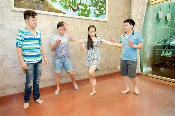 Chương trình còn có sự tham gia của: Quốc Đại, Vân Quang Long, bé Thiên Nhân cùng các thí sinh Giọng Hát Việt nhí.