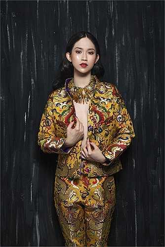 Xuất hiện trong bộ ảnh thời trang mới, Hoa hậu Đông Nam Á Thu Vũ khoe vòng một hờ hững, quyến rũ.