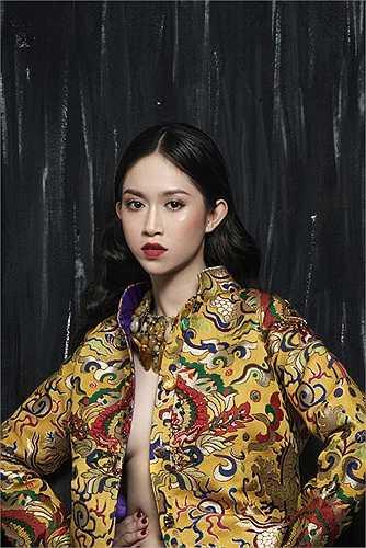 Diện trang phục mang họa tiết truyền thống, Thu Vũ mang đến những sắc thái, biểu cảm ấn tượng.