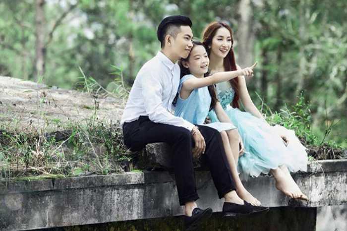 Cặp đôi từng ngày trải qua những sóng gió của áp lực xã hội.