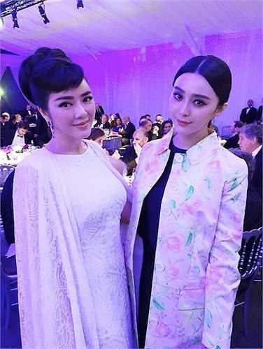 Sau đó, họ cũng hội ngộ tại bữa tiệc after-party. Trong khi Phạm Băng Băng đã thay một trang phục khác đơn giản hơn, cựu Đại sứ du lịch vẫn diện trang phục dạ hội.