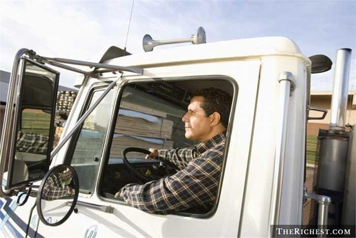 Lái xe tải. Tỷ lệ tử vong: 22/100.000 - Tai nạn giao thông là điều mà các tài xế xe tải luôn phải bận tâm. Và trong hàng quá nhiều những chuyến đi dài, mệt mỏi, tai nạn có thể đến bất cứ lúc nào