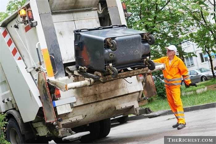 Công nhân vệ sinh. Tỷ lệ tử vong: 27,1/100.000 - Rất nhiều người không biết rác thải sinh hoạt của mình đi về đâu sau khi được ném ra đường. Các công nhân vệ sinh phải hoạt động vất vả để tiêu hủy hoặc tái sử dụng rác. Việc phải liên quan tới nhiều máy móc đã khiến tỷ lệ tử vong của nghề này rất cao, riêng năm 2012 đã có 26 công nhân mất mạng